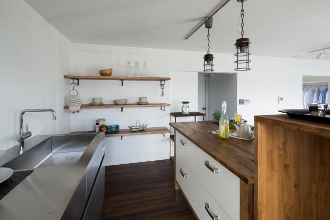 若い夫婦もしくはシングル世帯をターゲットにしぼり、キッチンを壁面に移動させた1LDKの広々とした空間にリノベーション。工事費用は約650万円