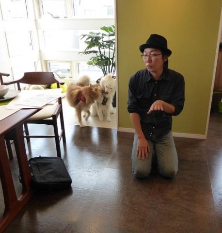 コルクフローリングについて説明する穴澤氏。左奥がタイル貼りの遊び場「インナースペース」