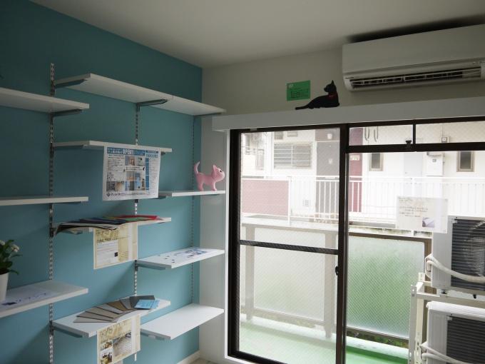 本棚兼用のキャットウォークを壁2面に用意したほか、サッシ上部には見晴台も設置。猫が部屋の3面を移動して遊べるようにしている