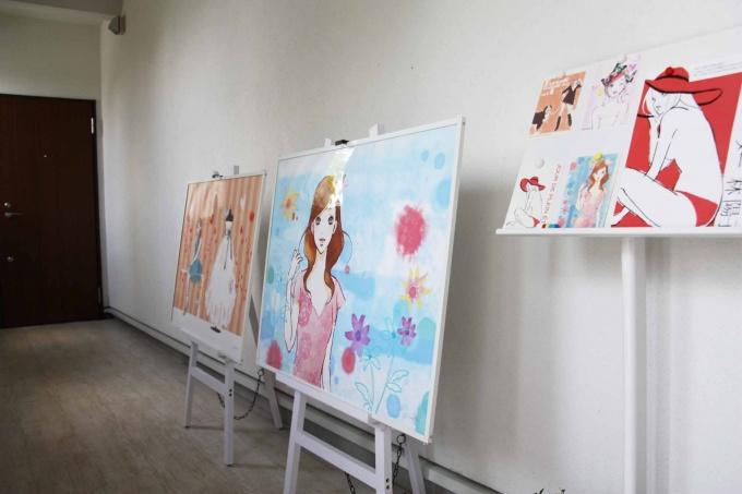内廊下には、プロのイラストレーターが描いたイラストやポストカードなどが陳列されている