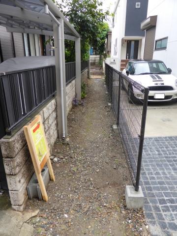 幅1m強の細い路地を抜けたところに今回取材した建物がある。もちろん工事車両など入れるはずはない