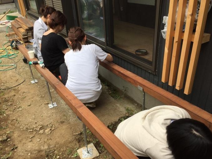 高橋ゼミの学生たちも、ウッドデッキづくりの作業に参加した