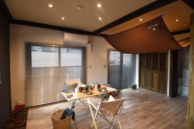 寝室空間にあたる「プライベートリビング」は、タープで区切ることもできるようになっている