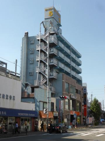 南荘石井事務所がある「セシーズイシイ5」(鉄筋コンクリート7階建て、住戸12戸、店舗5戸)。1DK(29平方メートル)、2DK(48平方メートル)など比較的ゆとりを持たせた部屋が多いが、やはり入居者獲得には年々苦戦するようになっているという