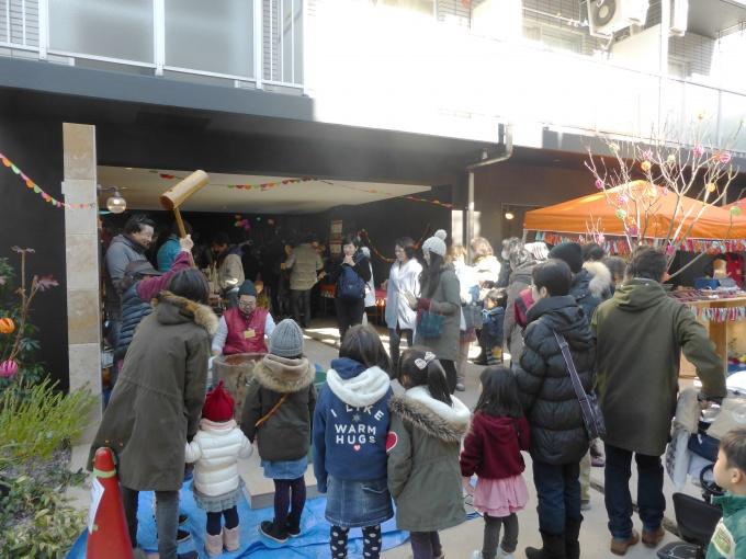 オープニングイベントには地元を中心に数々の店舗が出店。もちつきも開催し、多くの人でにぎわった