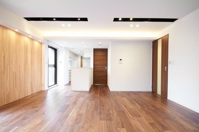 LDKはオープンキッチンに変更し、床材はオーク材で仕上げた。ライティングや壁面装飾などにもこだわった