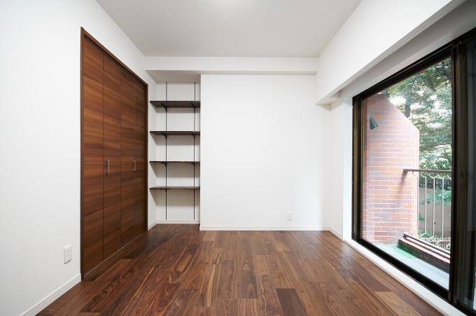 和室から洋室にした居室は、家具の配置を意識し、収納スペースの位置を変更している
