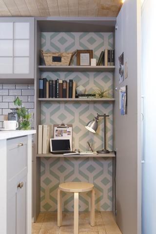 料理の合間などにちょっとした作業ができるスペースとしてキッチンそばに配置した「ブルーモアライブラリー」
