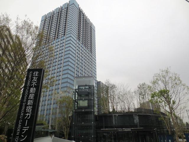 「新宿ガーデン」全景。写真左がオフィス・賃貸住宅の複合ビル「新宿ガーデンタワー」。その手前がイベントホール「ベルサール高田馬場」。「新宿ガーデンタワー」の奥の建物は昨春竣工済みの分譲マンション「スカイフォレストレジデンス」