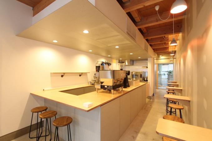 1階店舗部分。コーヒーを専門にパンや菓子も出すカフェとして5月オープン予定