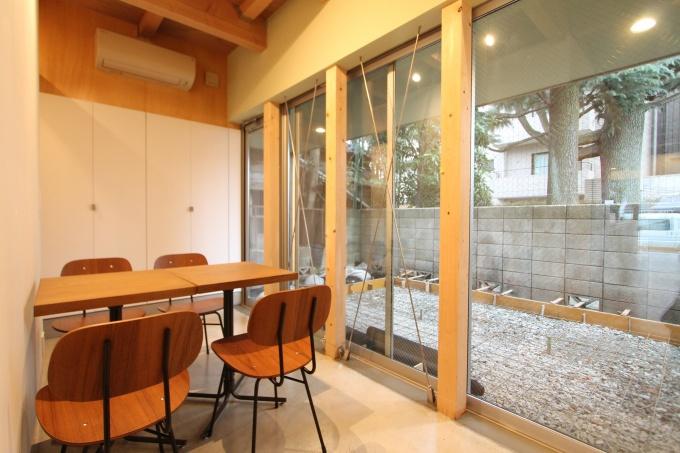 1階奥には庭に面した「多目的ルーム」を設置。プライベート・パブリックの中間的な利用ができるようにした