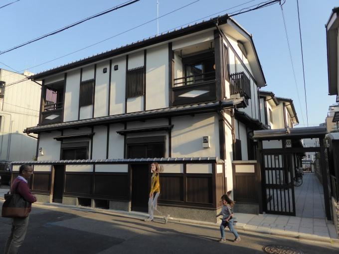「ゑびす小路」の外観。手前に見える建物が今回竣工した建物(夷川通りから見て)