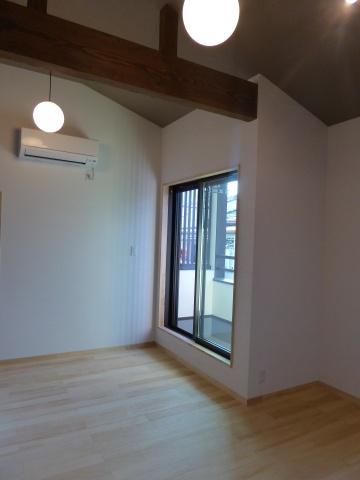 床材にはパイン材、梁にはエイジング加工した木材を採用し、味わいのある空間に仕上げた