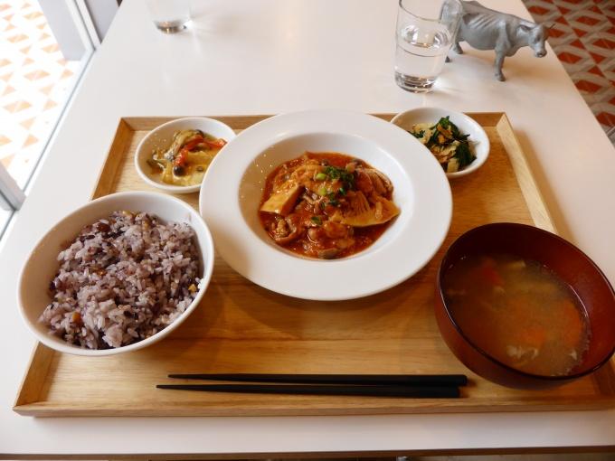 取材時にいただいた定食。優しい味付けで、野菜も多い。隣のテーブルで食事をしていた親子(娘さんが同社の管理物件に入居)も、「上京のついでに娘がいつも食べているというこの食堂に来た。とても美味しくて栄養バランスもとれていて安心した」と語ってくれた