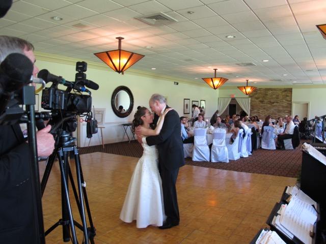 結婚式で最初のダンスは花嫁と花嫁の父で始まる。親離れ子離れの日だが(イリノイ州シカゴ市)