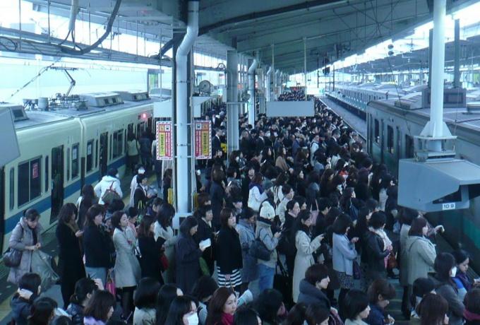 混雑解消が長年の課題だった(「代々木上原」駅にて。写真提供:小田急電鉄(株))