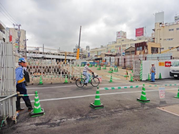 「下北沢」駅では、元々あった地上の線路は撤去し、すべて地中化した。奥に見える高架に走っている電車は京王井の頭線