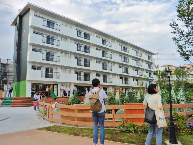 団地前の空地には菜園、1階部分にはコミュニティカフェをつくるなど、地域の憩いの場として再生