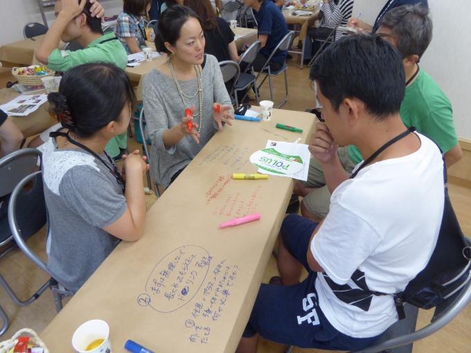 「光葉町ミライ会議」で住民と意見を交わす横谷氏(写真中央)