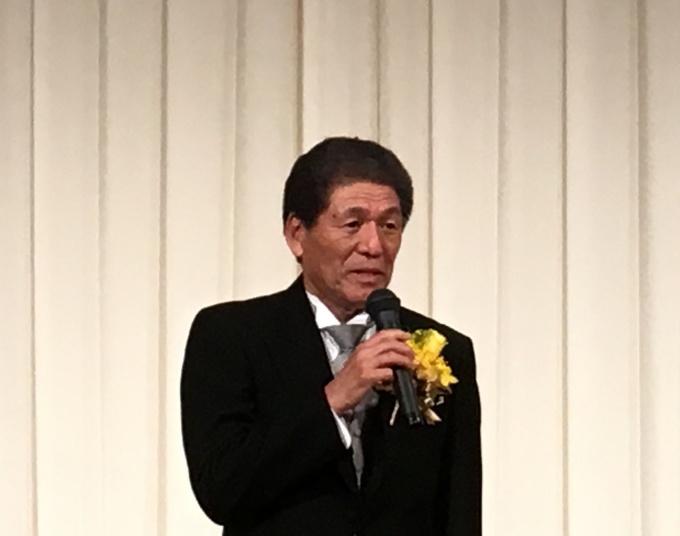 「今後も業界の発展と人材の育成・社会貢献に努めていきたい」と挨拶する久野勝己氏
