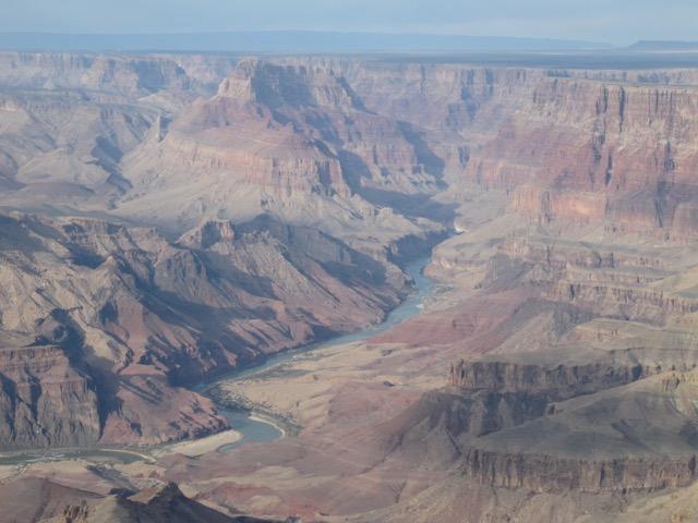 はるか下方にコロラド川が幾つかの州を横断して流れる。望遠レンズで撮ったので実際はもっと小さい(アリゾナ州 グランドキャニオン国立公園)
