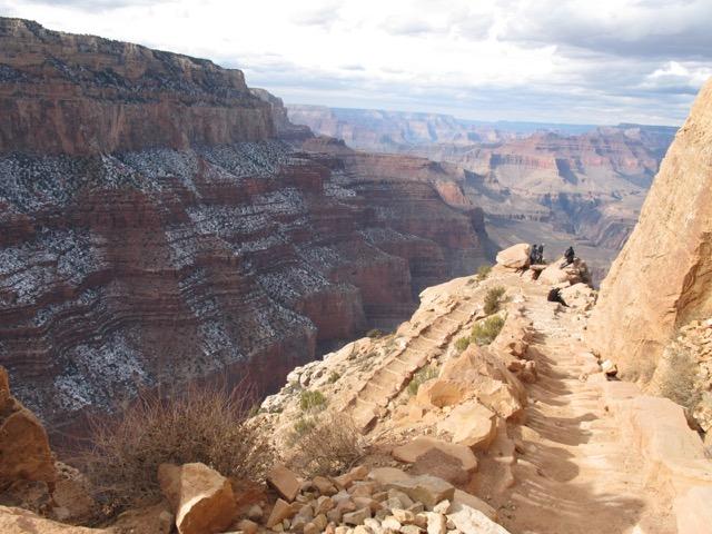 右の崖に人々が数人いる。峡谷の規模を比べると雄大さが分かるのでは(アリゾナ州 グランドキャニオン国立公園)