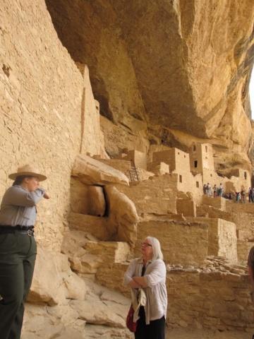 予算が充分回らず、遺跡修復がままならないそうだが、フォレストレンジャー達は真摯に、時にはユーモラスに説明してくれる。好きでなくてはできない仕事であろう(コロラド州 メサ・ベルデ国立公園)