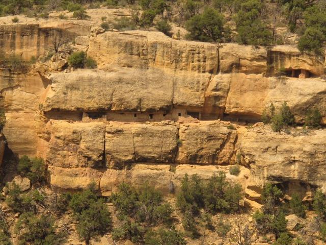 台地の上で農耕し、崖下の岩窟住居で暮らす先住民の遺跡。前回レポートしたが、4