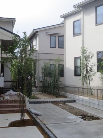 敷地延長のある住戸は、その間口を3m以上採り、隣接する住戸と建物の向きをずらしたり、植栽をふんだんに施すなどして、外構に彩りを持たせている