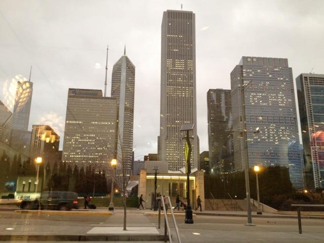 夕暮れ時のシカゴ市都心部。職住近接とは言っても、賃貸料は非常に高い(イリノイ州シカゴ市)