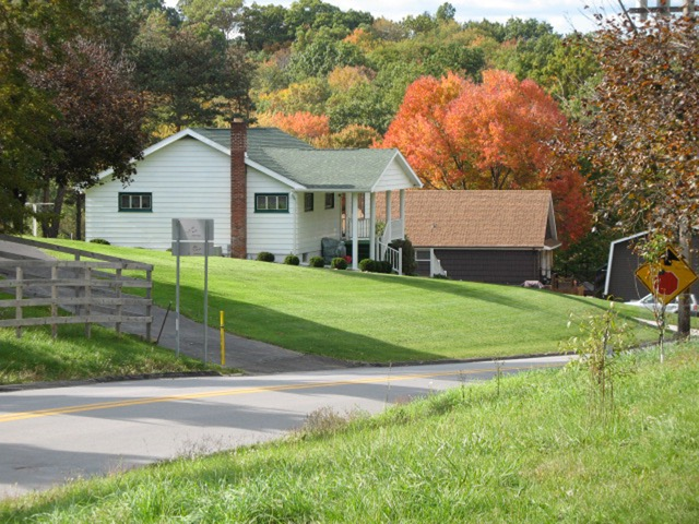 郊外は庭仕事を楽しんだり自然を満喫できよう。にわとりを飼っているペンシルベニア州ピッツバーグ郊外の友人宅