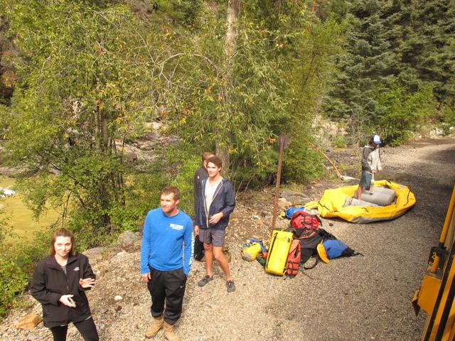 彼らカップルは他のハイカー達を助けたりアドバイスするボランティアである。1週間山の中でキャンプするそうだ