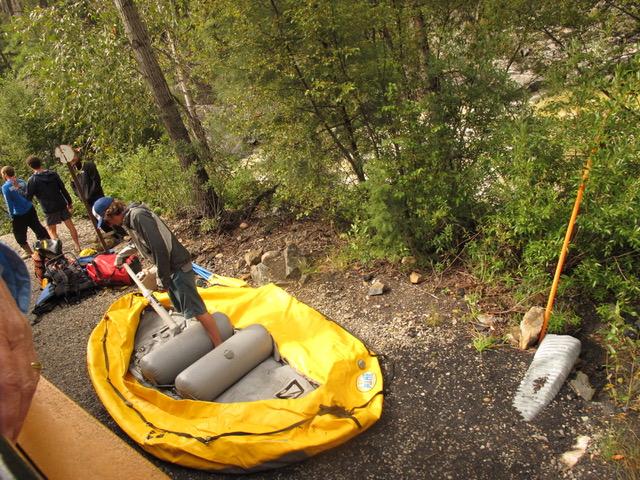 登山列車から降り、ここからアニマス川を筏で下る。さまざまな用品を用意している