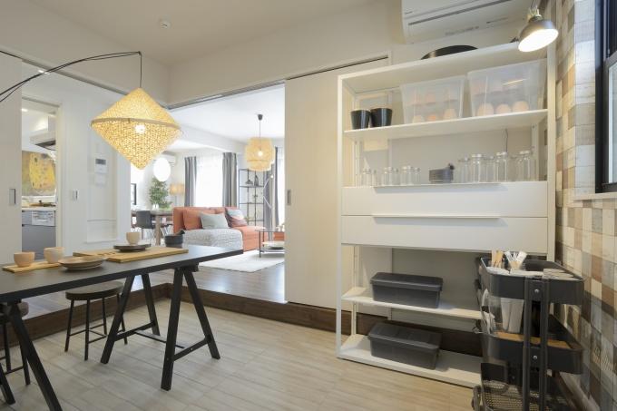 各住戸には、コミュニティを意識した仕掛けが施される。モデルルームの土間スペースは、家族の趣味スペースとして、また周辺のまちと居住者との接点となる