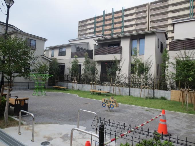 戸建て住宅街における提供公園は、法律上仕方なく設けられる「おまけ」だが、この住宅街では「主役」。公園を取り囲む街区は南側の日照と採光が保証されることもあり、団地内では高価格となっている