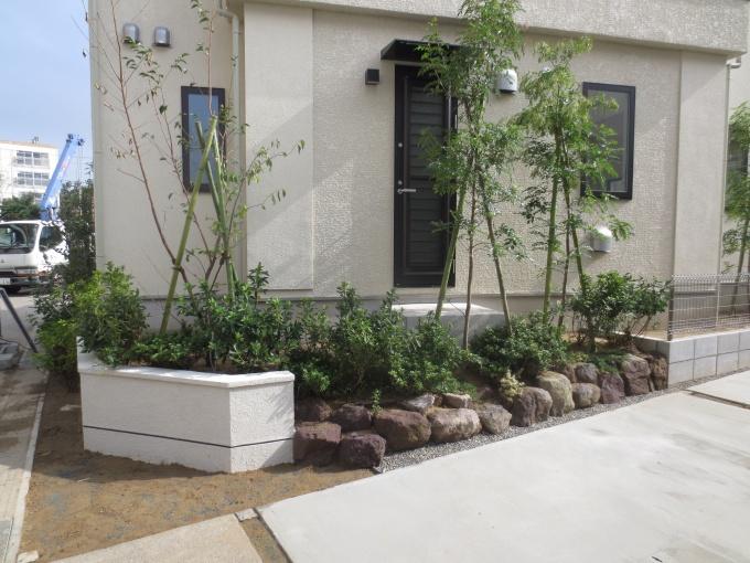 各住戸はまち並みの一部を形成する要素で、オープン外構が基本。石積みの外構は珍しい。経年優化が楽しめる