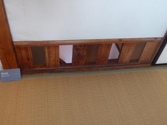 上階の換気ができるよう、2階居室の足元には無双窓があった