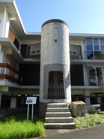 エレベーター停止が3階以上だったため、2階居室には専用の外階段が設置されていた