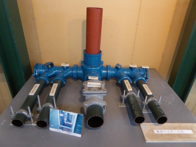 排水ヘッダー。専有部の設備からの排水横枝管を排水ヘッダーに接続させることで共用排水共用立管への排水を実現。メンテナンス性や可変性を上げている