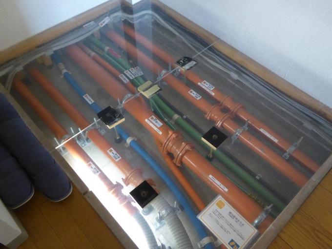 排水管が床に収納された状態の展示
