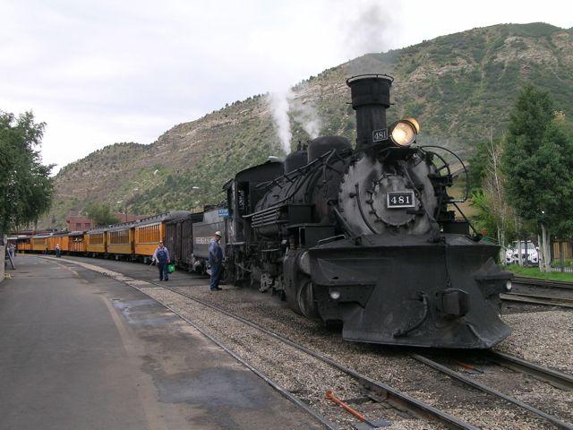 懐かしい蒸気機関車が煙をあげてデュランゴ駅を出発する(コロラド州デュランゴからシルバートン。以下同)
