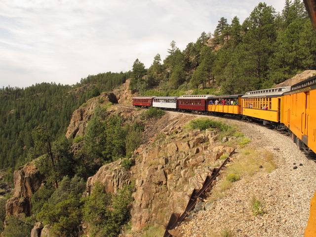 崖にへばりついた線路を辿るのはスリル満点。時折、野生動物を見ることもある