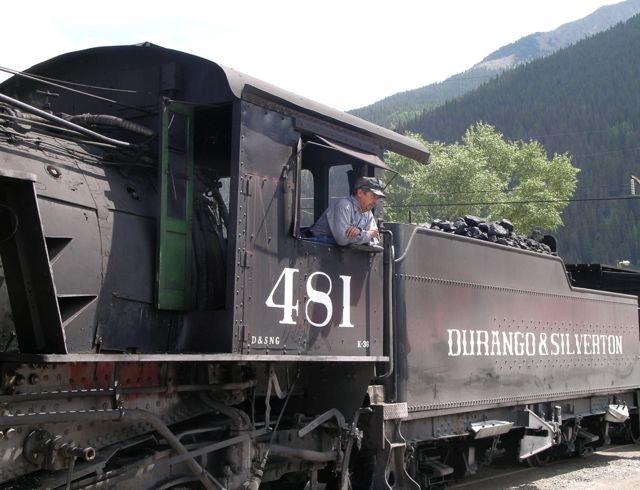 シルバートン駅に到着。石炭のかたまりが見えるが、何人かが交代でかまに投げ入れて炊くのだろう
