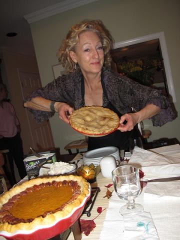 焼きあがったアップルパイとベブ。左側はパンプキンパイ(カナダ バンクーバー市。以下同)