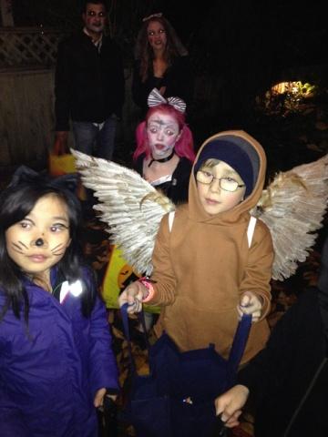 ハロウィーンの夜は子供達がお菓子をもらいに家々を回る。扮装した両親が後ろで様子を見ている