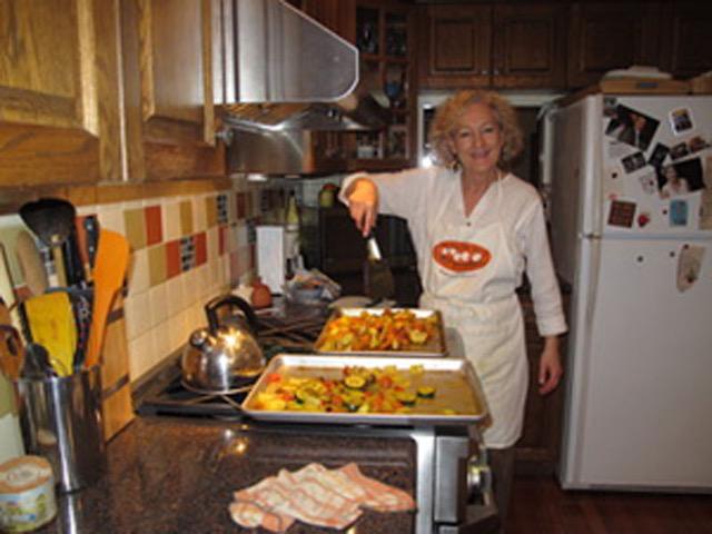 オリーブオイル、にんにく、そしてターメリックをからめてオーブンで焼いたさまざまな野菜