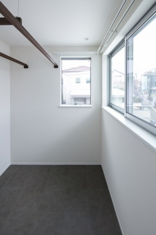 2階には洗濯物干し場兼、外が眺められるインナーテラスを設けた