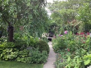アメリカの多くの庭はこれでもか!と、植物を所狭しと植える。控えめに抑えた日本の庭とは対照的だ(イリノイ州シカゴ市)