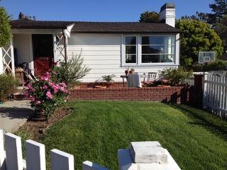 小さな庭でも芝生は大切に育てるアメリカ人の家(カリフォルニア州ラグナビーチ市)