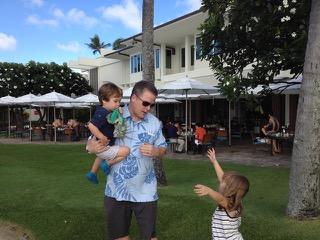 辛抱強く子供の「なぜ?」に答えるお父さん(ハワイ州ホノルル市)